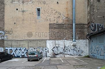 Berlin  Deutschland - Brandmauern in einem Hinterhof