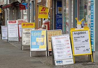 Berlin  Deutschland - Aufsteller werben vor Geschaeften in einer Einkaufsstrasse