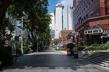 Singapur  Republik Singapur  Blick entlang der leeren Orchard Road Einkaufsstrasse waehrend der Coronakrise