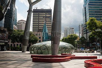 Singapur  Republik Singapur  Voellige Leere vor dem ION Orchard Einkaufszentrum waehrend der Coronakrise