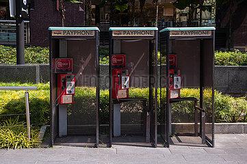 Singapur  Republik Singapur  Oeffentliche Telefonzellen des Anbieters Singtel auf der Orchard Road