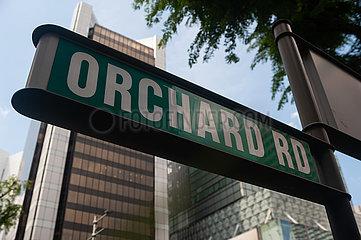 Singapur  Republik Singapur  Orchard Road Strassenschild entlang der gleichnamigen Einkaufsstrasse waehrend der Coronakrise