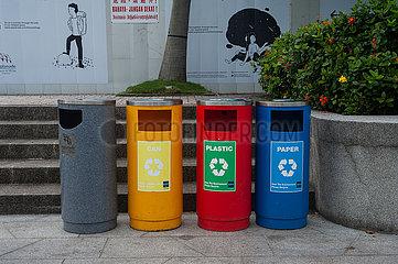 Singapur  Republik Singapur  Bunte Abfalleimer zur Muelltrennung in Marina Bay