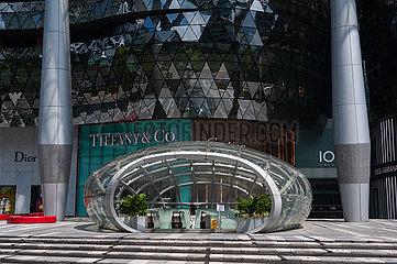 Singapur  Republik Singapur  ION Orchard Einkaufszentrum mit Zugang zur MRT U-Bahnstation waehrend der Coronakrise