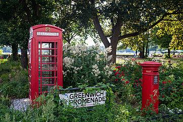 Berlin  Deutschland  Ausgemusterte typisch rote britische oeffentliche Telefonzelle und Briefkasten