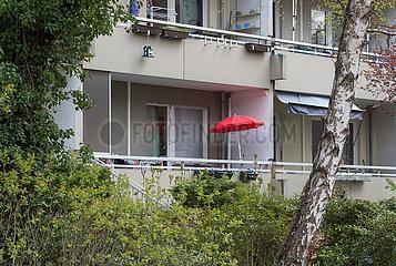 Berlin  Deutschland  Mitte - Balkone eines Wohnhauses mit rotem Sonnenschirm