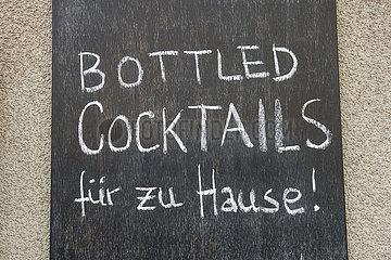 Berlin  Deutschland - Ausser-Haus-Angebot einer geschlossenen Cocktailbar aufgrund Corona-Massnahmen