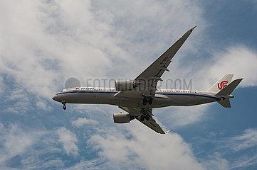 Singapur  Republik Singapur  Airbus A350 Passagierflugzeug der Air China beim Landeanflug auf den Flughafen Changi