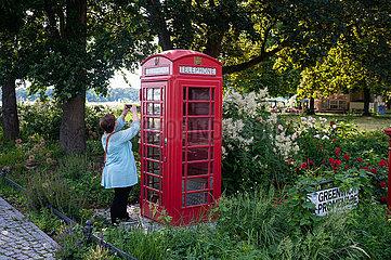 Berlin  Deutschland  Ausgemusterte typisch rote britische oeffentliche Telefonzelle