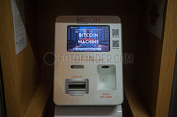 Singapur  Republik Singapur  Bitcoin-Automat mit Bildschirm fuer Kryptowaehrung