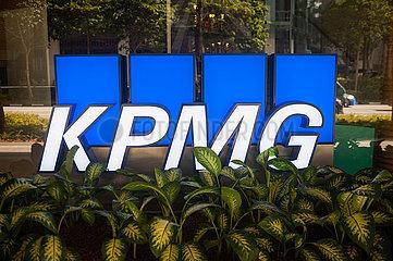 Singapur  Republik Singapur  Logo der Wirtschaftspruefungsgesellschaft KPMG vor dem Buero der Niederlassung Singapur