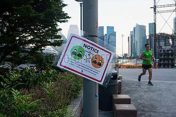 Singapur  Republik Singapur  Hinweisschild zur Gruppengroesse und Abstandsregelung im Freien waehrend Corona