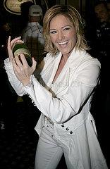 Saengerin Helene Fischer auf der Aftershow mit einer Champagner Flasche nach dem Fruehlingsfest der Volksmusik in Halle Saale