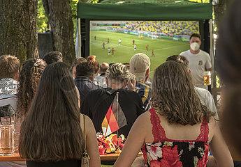 Public Viewing in einem Muenchener Biergarten  EM-Spiel Deutschland-Portugal  Muenchen  19. Juni 2021