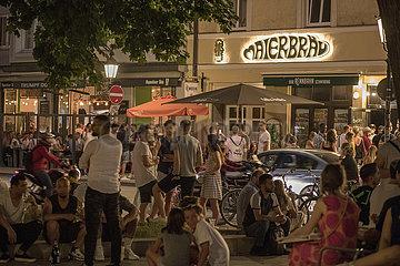 Wedekindplatz  Schwabing  viele Menschen geniessen den Freitagabend  Muenchen  18. Juni 2021