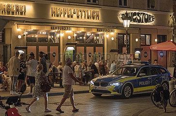 Wedekindplatz  Schwabing  Aussengastro  Polizei kontrolliert  Muenchen  18. Juni 2021