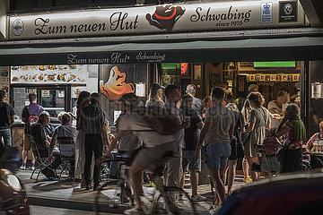 Kultkneipe in Schwabing  viele Menschen geniessen den Sommerabend  Muenchen  18. Juni 2021