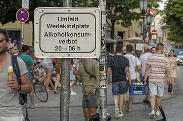Schild Verbot Alkoholkonsum am Wedekindplatz  Schwabing  Muenchen  19. Juni 2021