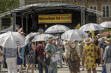 """Kundgebung """"Muenchen ist bunt""""  vorne Omas gegen rechts  Muenchen  18. Juni 2021"""