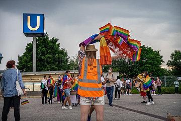 Fans und LGBTQ Aktivist*innen vor dem Euro 2020 Spiel Deutschland Ungarn
