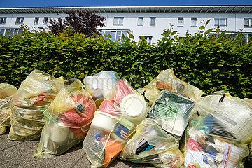 Deutschland  Bremen - gelbe Saecke (Duales System) zur Abholung bereit vor einem Haus