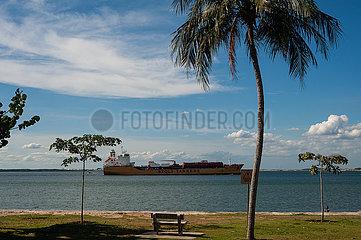 Singapur  Republik Singapur  Stolt Perseverance Chemikalien und Oeltanker faehrt am Ufer des Changi Beach Parks vorbei