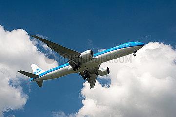 Singapur  Republik Singapur  Boeing 777-300 Passagierflugzeug der KLM beim Landeanflug auf den Flughafen Changi