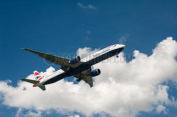 Singapur  Republik Singapur  Boeing 777 Passagierflugzeug der British Airways beim Landeanflug auf den Flughafen Changi