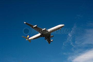 Singapur  Republik Singapur  Airbus A340 Passagierflugzeug der Lufthansa beim Landeanflug auf den Flughafen Changi