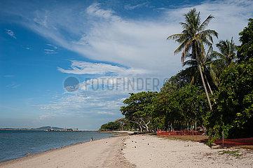 Singapur  Republik Singapur  Leerer Sandstrand im Changi Beach Park waehrend der Coronakrise