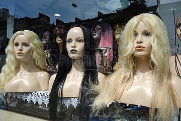 Deutschland  Bremen - Torsi von weiblichen Schaufensterpuppen mit Peruecken im Fenster eines Frisoersalons
