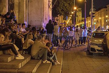 Ludwigstrasse  viele junge Menschen geniessen den Freitagabend  Muenchen  25. Juni 2021