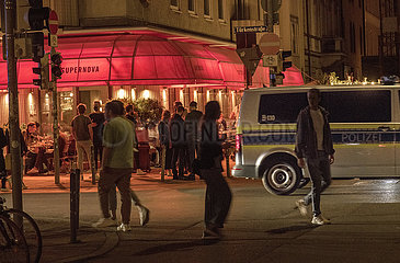 Tuerkensstrasse  viele junge Menschen geniessen den Freitagabend  Muenchen  25. Juni 2021