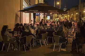 Café an der Ludwigstrasse  viele junge Menschen geniessen den Freitagabend  Muenchen  25. Juni 2021