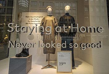 Schaufensterdekoration bei H&M  Muenchen  20. November 2020