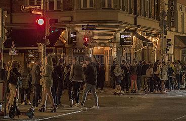 Schellingstrasse  viele junge Menschen feiern vor der Bar 55ELEVEN  geniessen den Freitagabend  Muenchen  25. Juni 2021