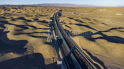 Xinhua Schlagzeilen: Die weltweit längste Wüstenüberquerung Autobahn in Vollbetrieb