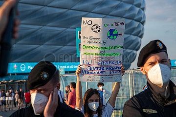 Extinction Rebellion demonstriert vor der Allianz Arena