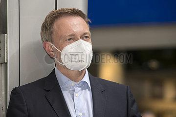 Christian Lindner  FDP Vorsitzender  mit Mundschutz  Kundgebung  Muenchen  2. Juli 2021