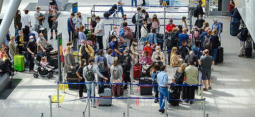 Ferienstart in NRW  Urlauber am Check-in Schalter am Flughafen Duesseldorf  Nordrhein-Westfalen  Deutschland