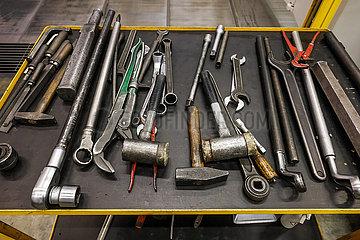 Werkzeug auf einem Werkzeugwagen in einer Industriehalle einer Maschinenfabrik  Uebach-Palenberg  Nordrhein-Westfalen  Deutschland
