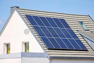 Solaranlage auf dem Dach eines Wohnhauses  Recklinghausen  Nordrhein-Westfalen  Deutschland