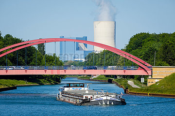 Binnenschiff auf dem Rhein-Herne-Kanal vor Uniper Kraftwerk Datteln 4  Castrop-Rauxel  Nordrhein-Westfalen  Deutschland