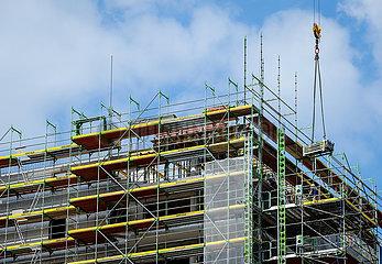 Baugeruest am Neubau Baustelle Hochhaus mit Eigentumswohnungen  Essen  Nordrhein-Westfalen  Deutschland