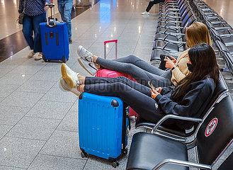 Ferienstart in NRW  Urlauberinnen warten am Flughafen Duesseldorf auf den Abflug  Nordrhein-Westfalen  Deutschland