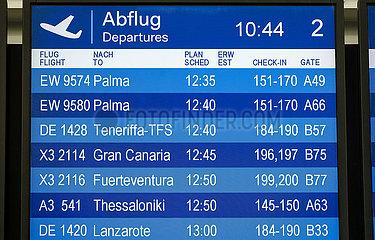 Ferienstart in NRW  Anzeigetafel am Flughafen Duesseldorf  Nordrhein-Westfalen  Deutschland