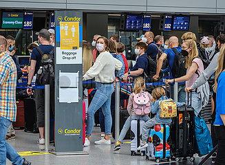 Ferienstart in NRW  Urlauber am Condor Check-in Schalter am Flughafen Duesseldorf  Nordrhein-Westfalen  Deutschland
