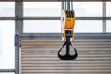 Kranhaken am Portalkran in einer Industriehalle der Maschinenfabrik NEA  Uebach-Palenberg  Nordrhein-Westfalen  Deutschland