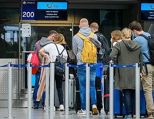 Ferienstart in NRW  Urlauber am TUI Check-in Schalter am Flughafen Duesseldorf  Nordrhein-Westfalen  Deutschland
