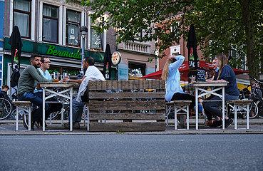 Deutschland  Bremen - Lockerungen fuer die Gastronomie in der Coronakrise  Abstand zwischen Gruppen wird eingehalten